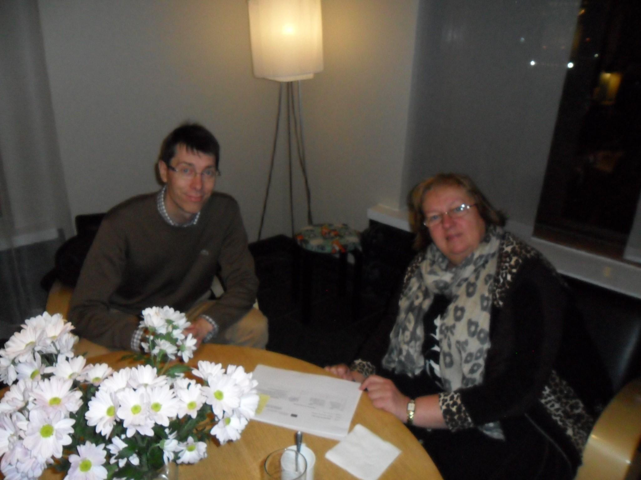 Projektijuht Jori Nordström ja koordinaator Ene Kalmus nõu pidamas järjekordse ühisürituse eel detsembris 2013.a Helsingis